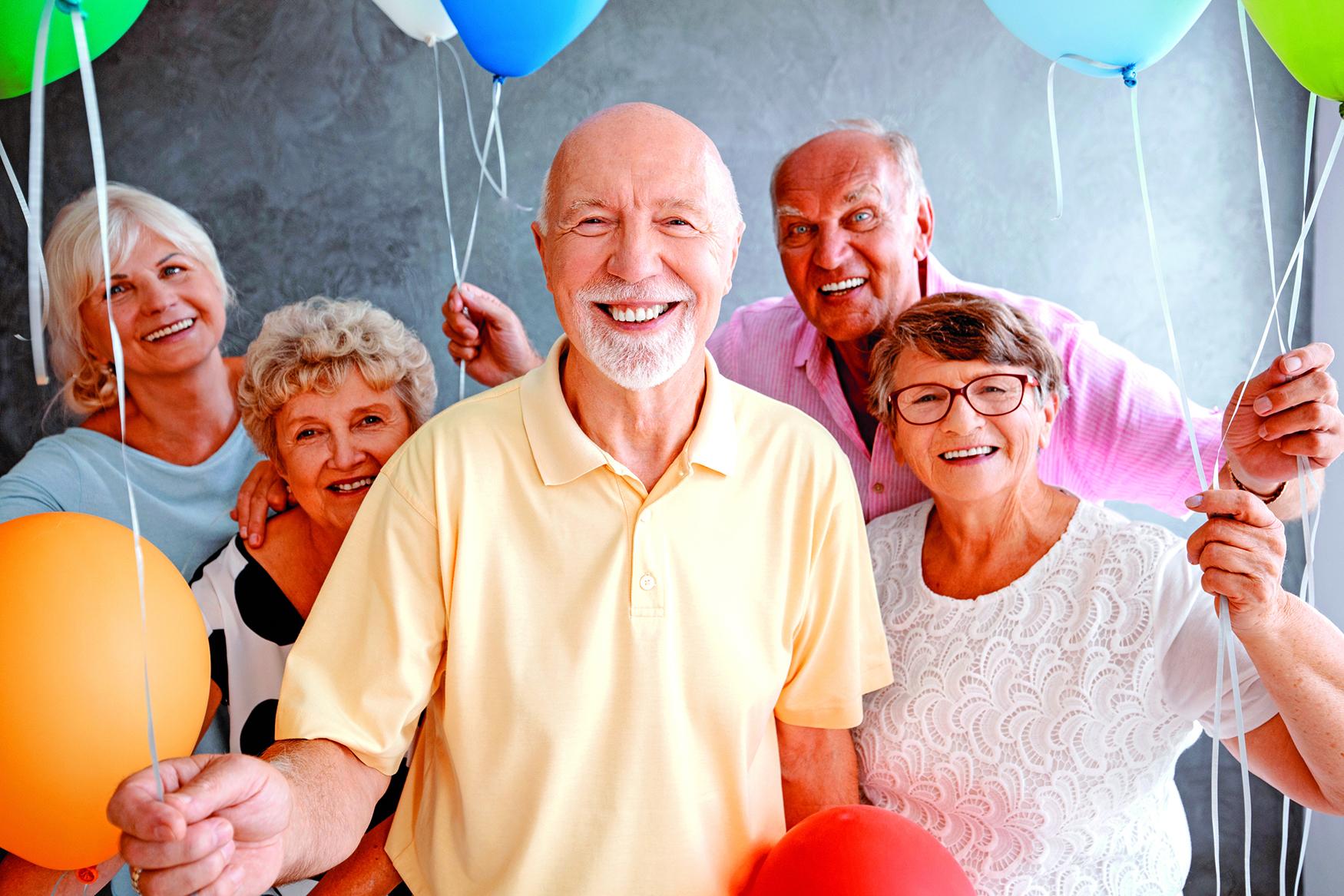 研究顯示社交活動與幸福,健康及長壽的確是有聯繫,並且會激發人們的「利他」行為。(Rawpixel.com/Shutterstock)
