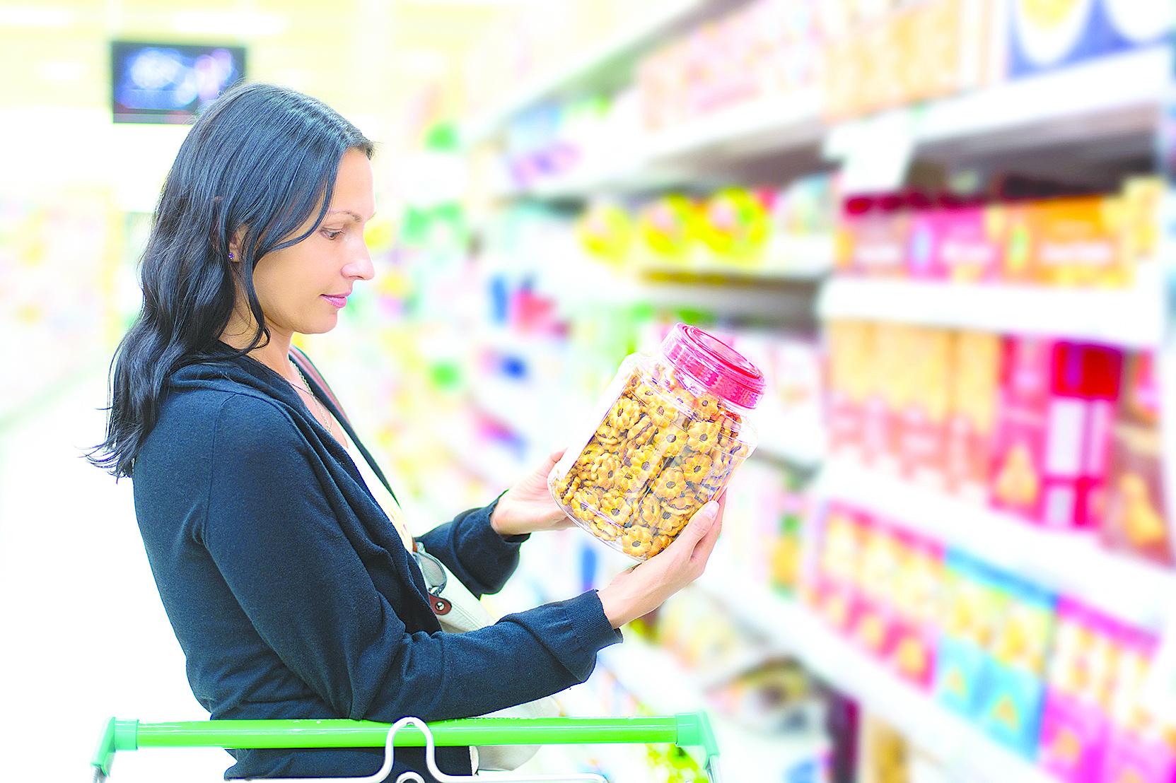 挑選零食前應詳閱成份標示,選擇添加物少的零食。