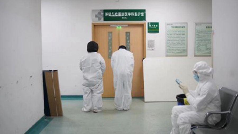 李文亮仍在被進行「作秀式搶救」時,他的同事向他鄭重告別。(微博圖片)