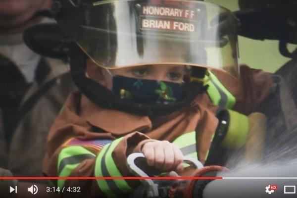 美國俄亥俄州6歲男童福特(Brian Ford)因罹患癌症而去世。他在臨終前被任命為榮譽消防隊員,同時參與了滅火的任務。(視像擷圖)