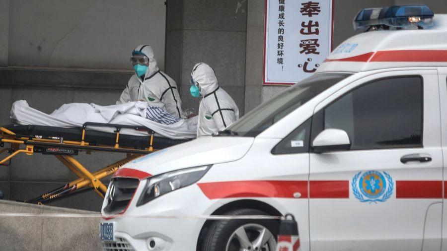 圖為武漢醫護人員收治中共肺炎疫情患者。(Getty Images)