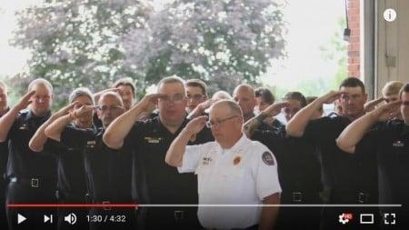 全體消防隊員向福特致敬。(視像擷圖)