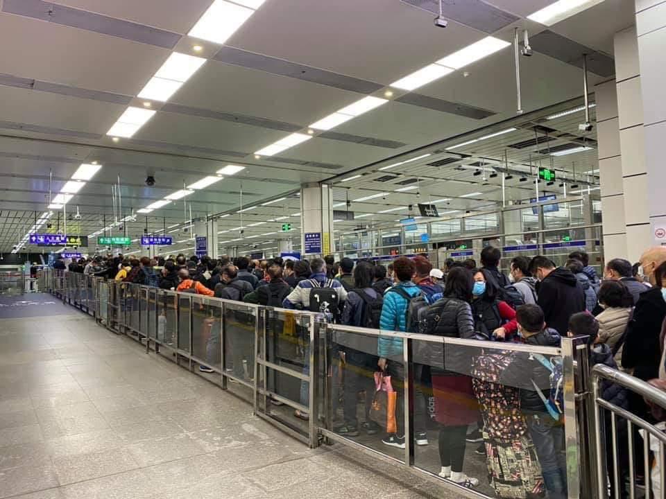 今日(7日)本港多個口岸現大量人潮,其中,一名男童在經由深圳灣口岸過關後感身體不適,後由救護車送到屯門醫院。