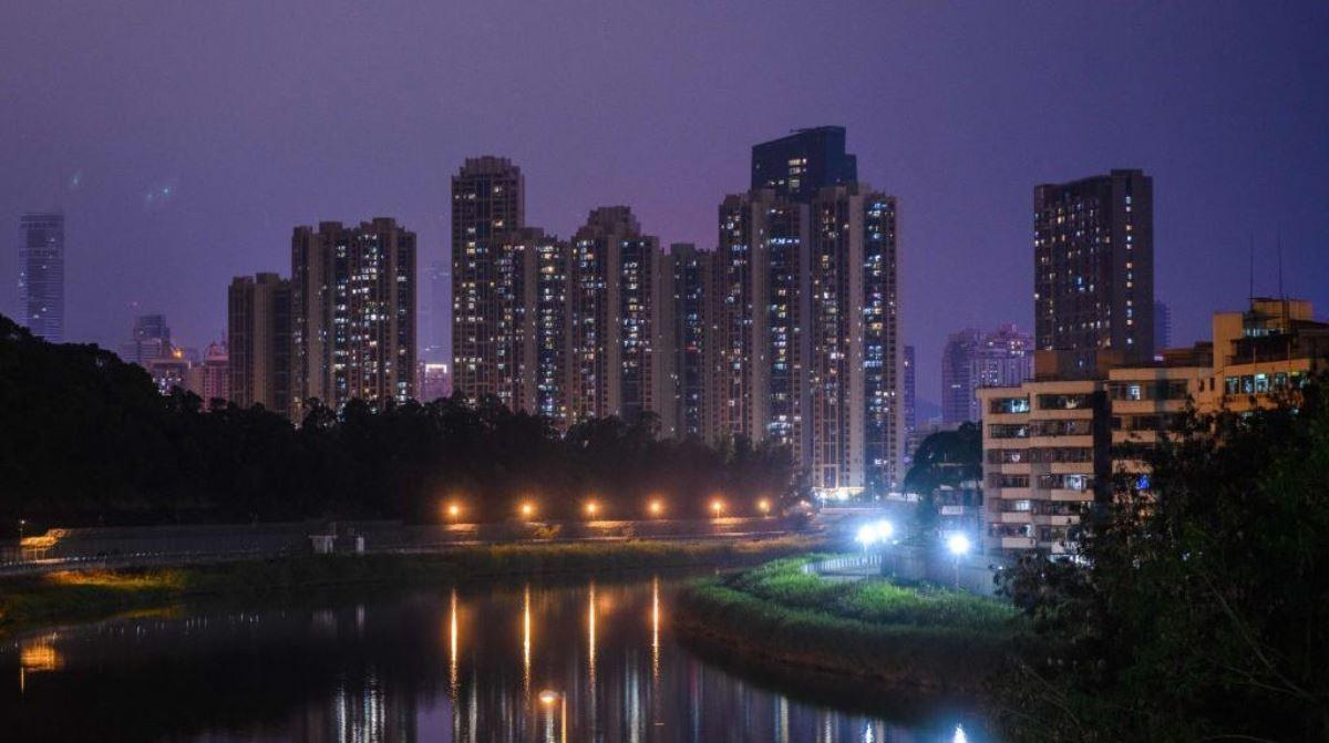 中國廣東省深圳市因中共病毒(俗稱武漢病毒、新冠病毒)疫情升級而於2020年2月8日實施全面封城。圖為深圳市2020年2月3日夜景。(ANTHONY WALLACE/AFP VIA GETTY IMAGES)
