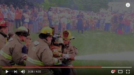 在消防隊員的幫助之下,福特手持消防裝備滅火。(視像擷圖)