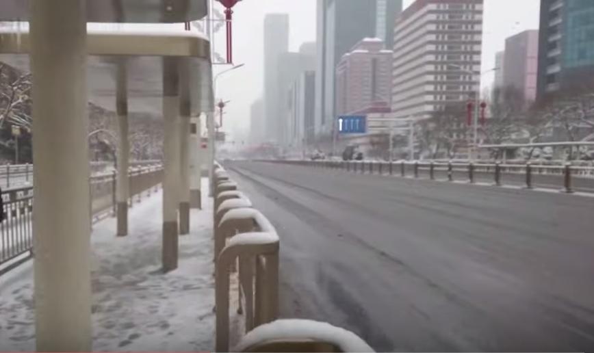 近日北京街頭,不見平日堵滿大街的車龍。(新唐人影片截圖)