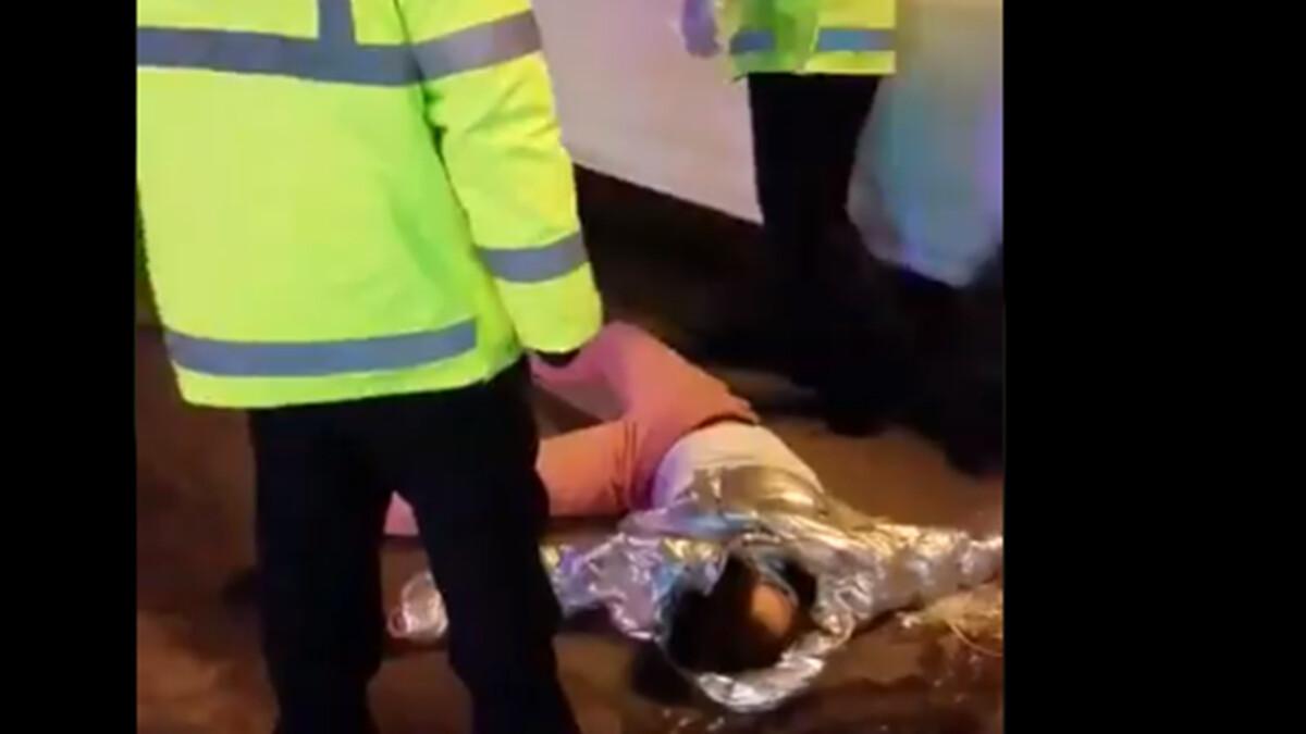 影片顯示,一女子開車上路,被警察攔截按倒在地,疑似脖子被扭斷,昏死了過去。(影片截圖)
