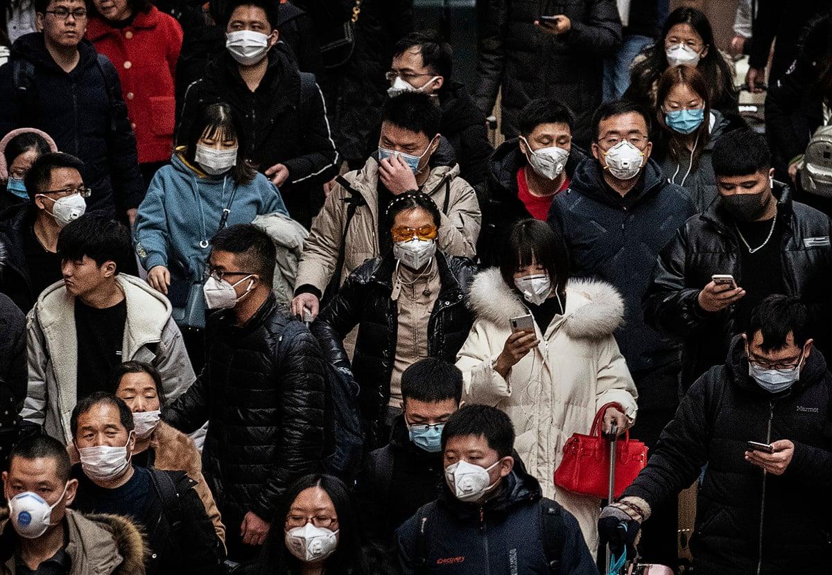 本港今日(9日)現超級感染,2確診個案曾與親友19人一起打邊爐,其中另有8人初步確診。近日,在上海舉行的新聞發佈會上,中共官方首度確認新型冠病毒可通過「氣溶膠傳播」。(Kevin Frayer/Getty Images)
