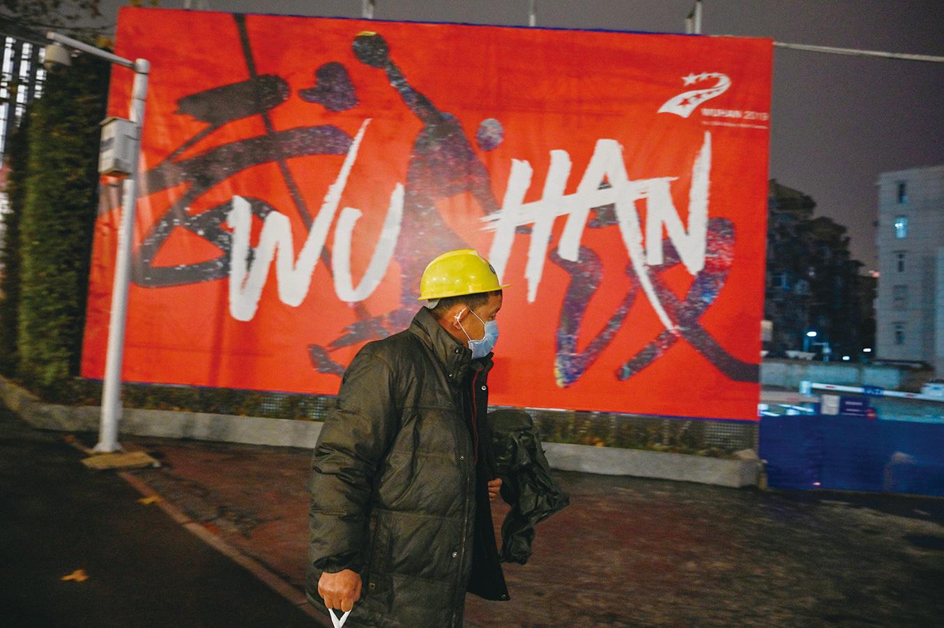武漢疫情打擊香港經濟,在大陸港資工廠無法開工,而本港食肆未來或會大量倒閉。圖為1月26日武漢街頭。(Getty Images)