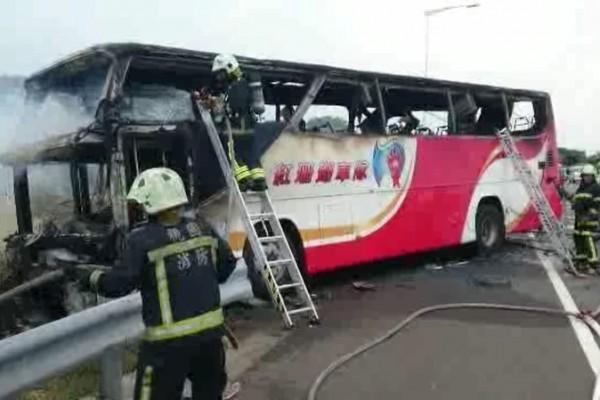 台灣1輛行駛中陸客團遊覽車19日中午行經國道2號往西3公里處突然起火,車上多人受困來不及逃生,警消搶救,但已有人罹難。(中央社)