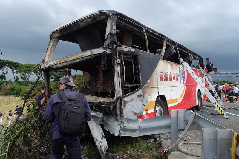 2016年7月19日,台灣,一大陸旅遊團發生遊覽車自撞燃燒的嚴重事故,造成26人死亡。(SAM YEH/AFP/Getty Images)