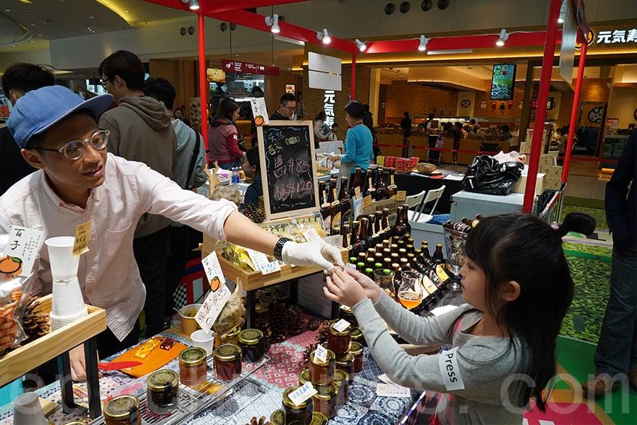 Leo負責市場推廣,他很樂意與他人分享手工糖果的甜美滋味。(陳仲明/大紀元)