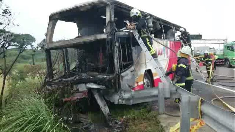 2016年7月19日,台灣,一大陸旅遊團遊覽車發生自撞燃燒的嚴重事故,造成26人死亡。(中央社)