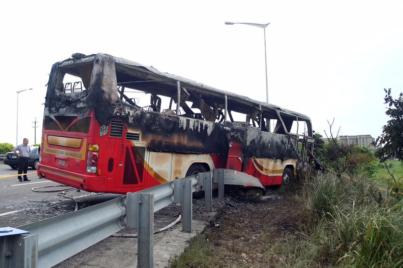 2016年7月19日,台灣,一大陸旅遊團遊覽車發生自撞燃燒的嚴重事故,造成26人死亡。(SAM YEH/AFP/Getty Images)
