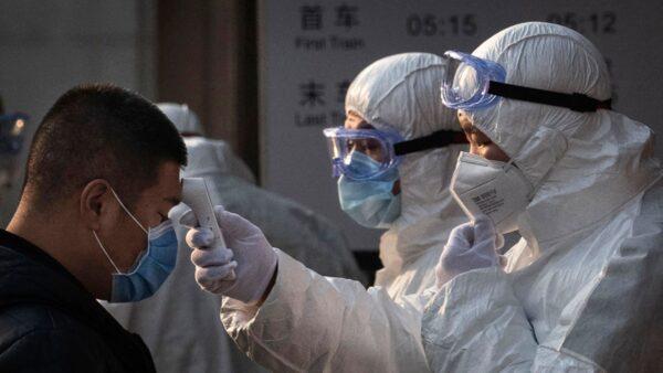 武漢肺炎疫情持續惡化,民眾出行都要接受體溫檢測。(Kevin Frayer/Getty Images)