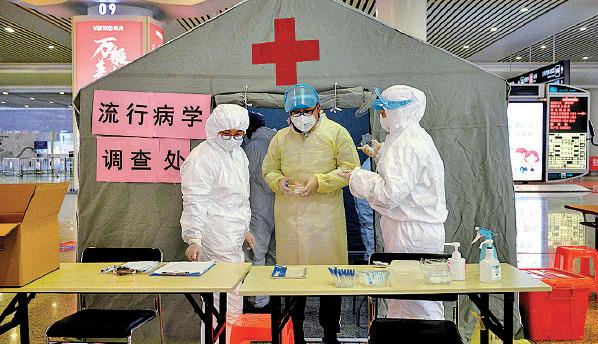 圖為2月5日杭州東火車站內設立了流行病學調查處。(NOEL CELIS/AFP via Getty Images)
