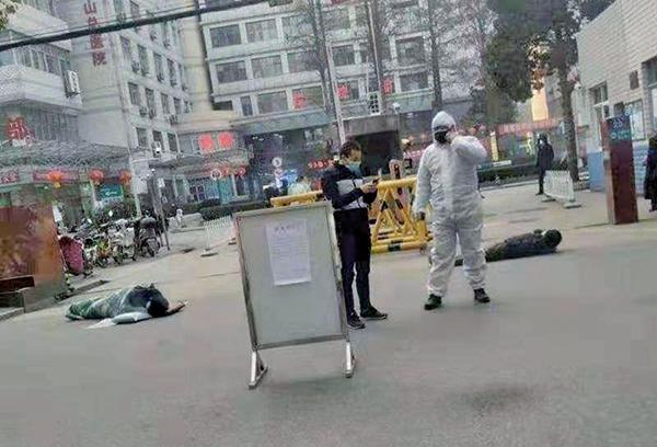 時事評論員晨鐘認為,「武昌起疫」人民覺醒,中共政權解體在即。圖為武漢等地不斷有人突然倒下去世。(網路圖片)