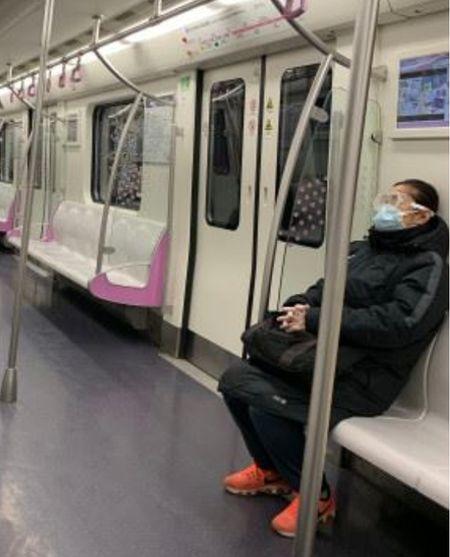 2月10日,北京地鐵空空盪盪,就算有乘客上車,也會儘量與其他乘客保持一段距離。(微博圖片)