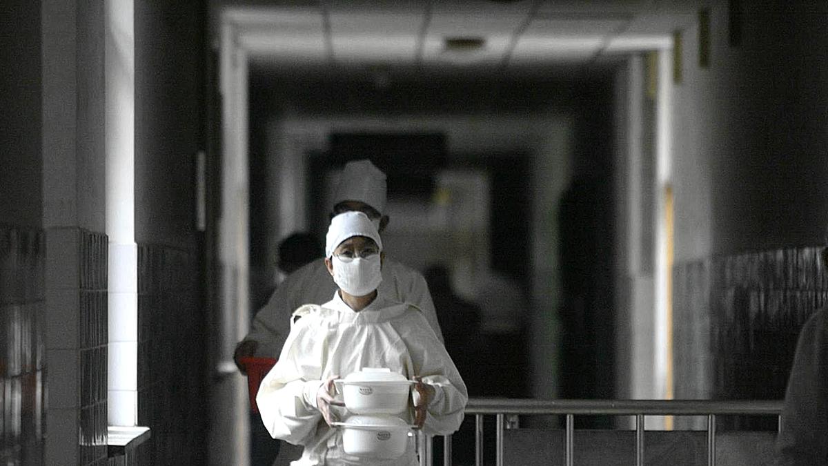 武漢作家方方撰文說,死亡者似乎離自己越來越近。人們哭都哭不過來。示意圖。(AFP via Getty Images)