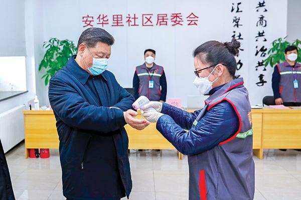 2月10日下午,習近平到北京朝陽區視察防疫。他戴口罩的形象引發熱議。(AFP/新華社提供)