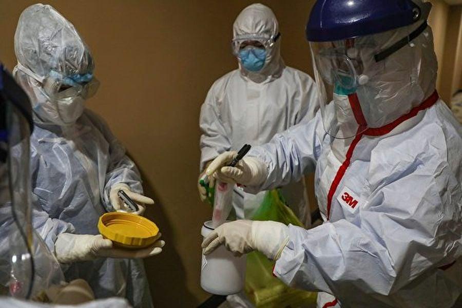 大陸多地有「無症狀感染者」被確診為中共肺炎,且「無症狀感染者也能成為傳染源」。大陸專家說,如果局部病毒量很高,又沒安全防護,2秒就傳染。圖為2月4日,一名醫務人員在湖北省武漢的一個檢疫區內採集病毒樣本。(Photo by STR/AFP via Getty Images)