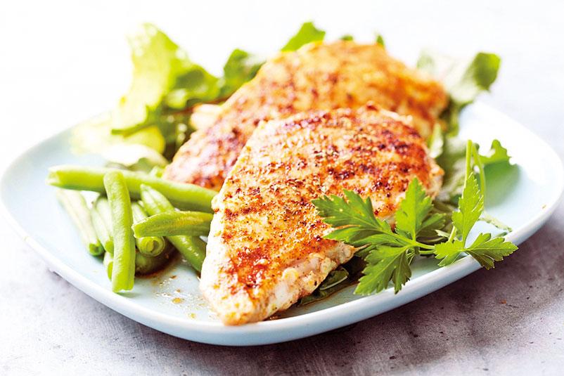 美味的雞胸肉烹調時要注意熟度,可以插入筷子測試。(Fotolia)