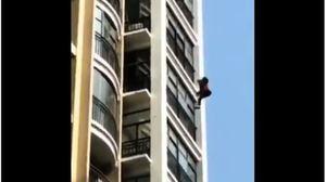 網傳武漢女爬窗逃命 不幸摔下高樓(影片)