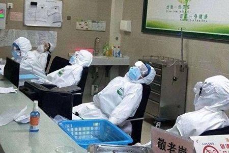 網友拍下中共肺炎一線醫生癱倒在椅子上休息時的場景。(Twitter)