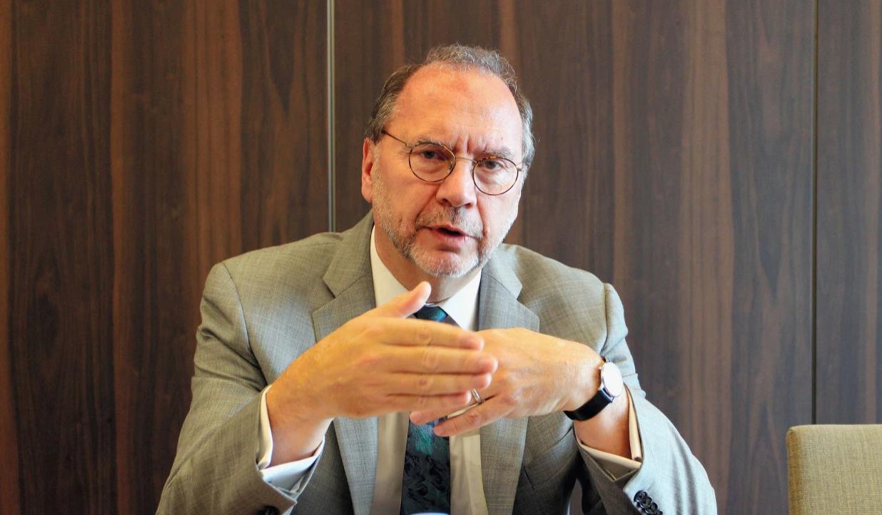 倫敦衛生與熱帶醫學院院長彼得‧皮奧特教授(Peter Piot),曾發現埃博拉病毒和非洲的愛滋病。他表示擔心武漢新冠狀病毒危險性比埃博拉更大,英國也可能面臨疫情「大爆發」。(Asahi Shimbun - Getty)