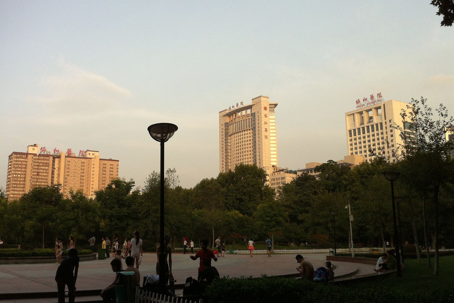 華中科技大學同濟醫學院附屬協和醫院,是一家集醫療、教學、科研於一體的綜合醫療機構,是華中科技大學同濟醫學院的附屬醫院之一,湖北省首批三級甲等醫院之一。作為教學機構時又稱華中科技大學同濟醫學院第一臨床學院。(維基百科)