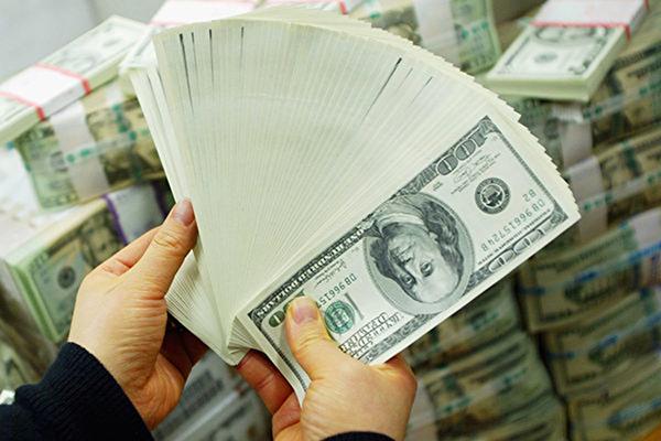 美元指數近期不斷攀高,創下四周最高價,有專家擔心這將影響美股進一步的上漲空間。(Chung Sung-Jun/Getty Images)
