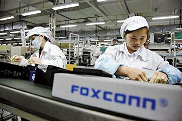 富士康計劃在威斯康辛州的工廠加產電視機、伺服器、網絡產品等電子產品。圖為該公司在中國的生產鏈。(Getty Images)
