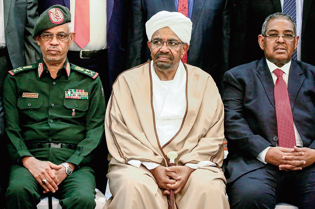 2019 年3 月14 日,巴希爾 (中)時任總統,與第一副總統奧夫中將(左)和總理艾拉(右)合影。(AFP)