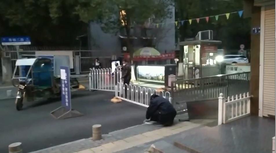 武漢東西湖區常青花園社區正在封閉道路。(影片截圖)