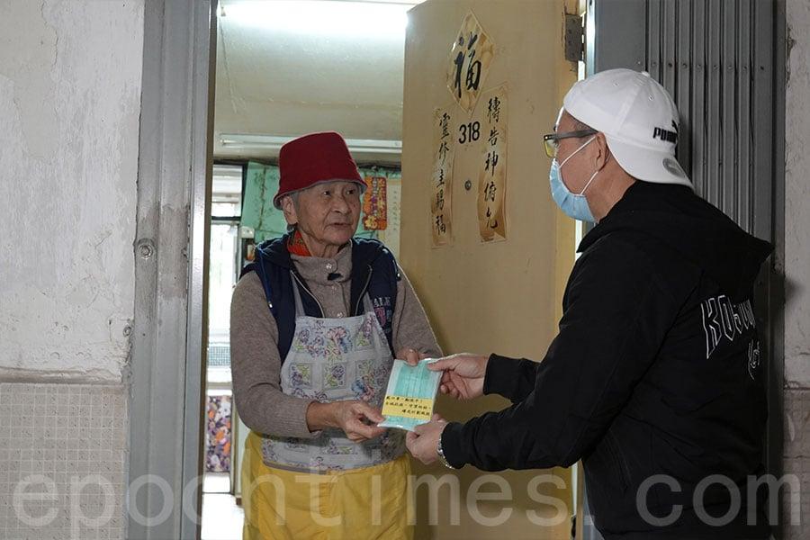近九旬的獨居長者蘇麗莉接過「曙光計劃」贈送的口罩,連番表示道謝。(陳仲明/大紀元)