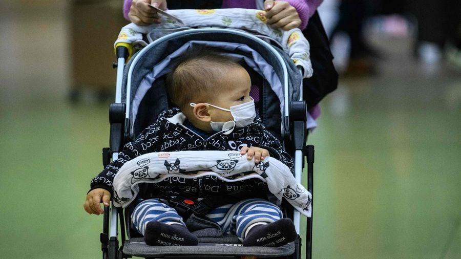 一個幼童指著拖屍車驚叫,媽媽,好多屍體……示意圖(ANTHONY WALLACE/AFP via Getty Images)