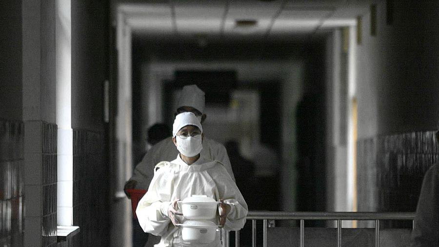武漢作家方方撰文說,死亡者似乎離自己越來越近。人們哭都哭不過來。示意圖(AFP via Getty Images)