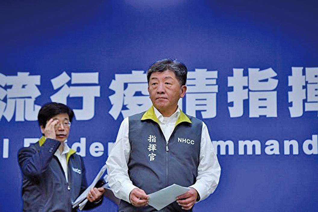 台灣中央流行疫情中心指揮官陳時中(右)宣佈,國內第10宗武漢肺炎確診個案恢復良好,可解除隔離出院。(中央社)