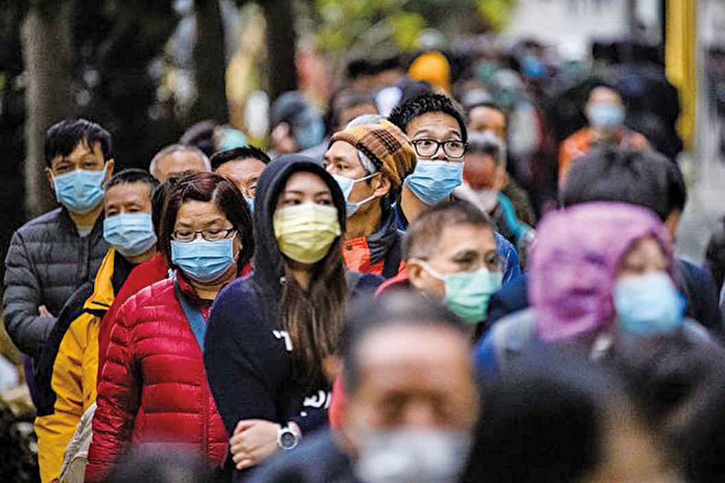 受武漢肺炎疫情影響,杭州一名男子在家裏跑馬拉松50公里。圖為2020年2月5日,香港街道上戴口罩的行人。(ANTHONY WALLACE/AFP via Getty Images)