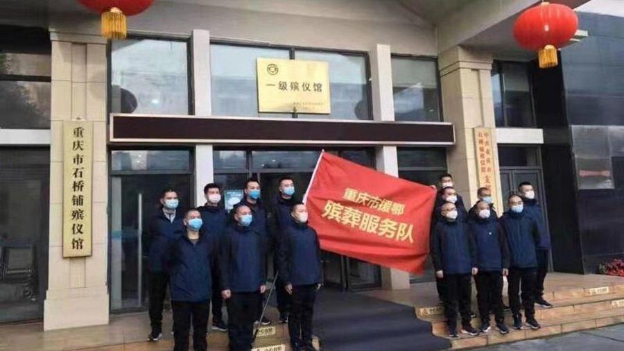 社群出現重慶「殯葬隊」趕赴武漢支援的圖片。(推特圖片)