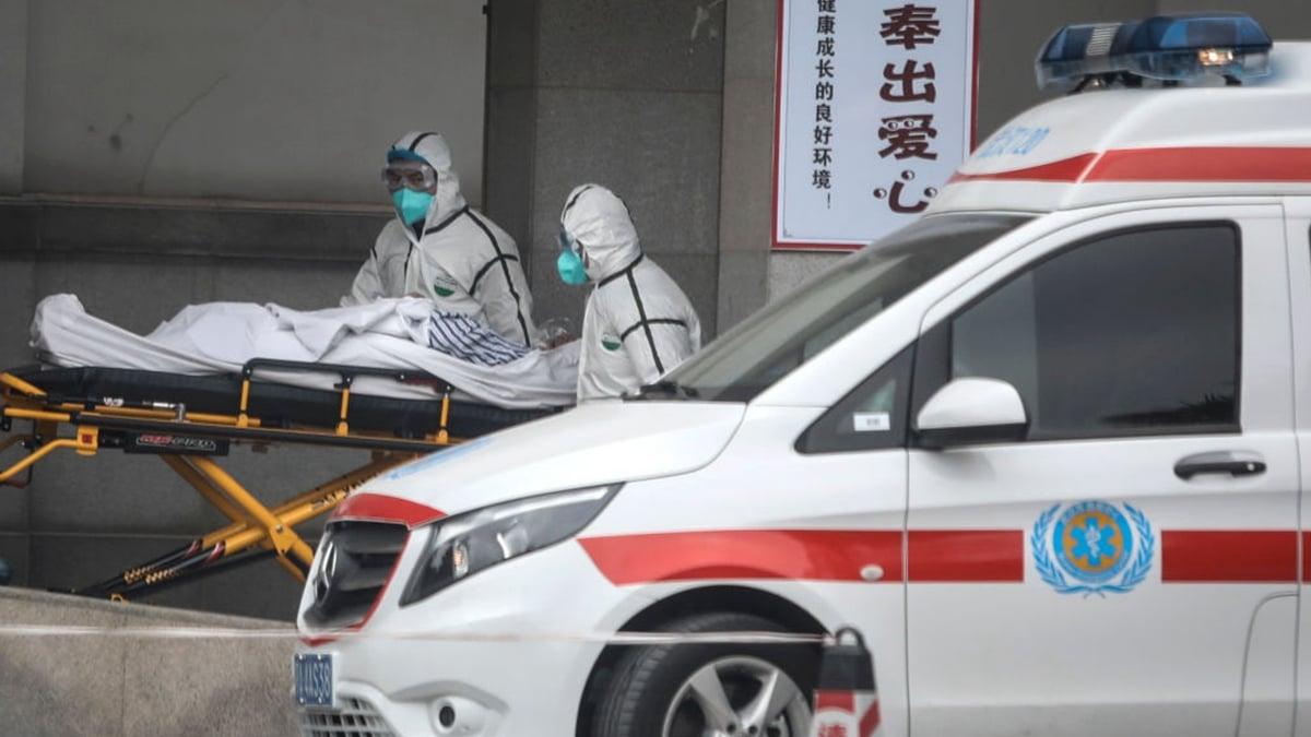 圖為武漢醫護人員收治肺炎疫情患者。(Getty Images)