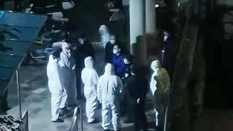 圖為多名中共底層官員和醫護人員,在樓下等待陳北洋「接見」。(網絡圖片)