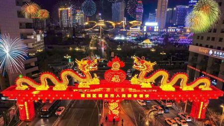 圖為青海西寧年前搭的中國龍。(微博圖片)
