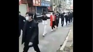 影片直擊:不戴口罩者被捆綁 集體遊街示眾