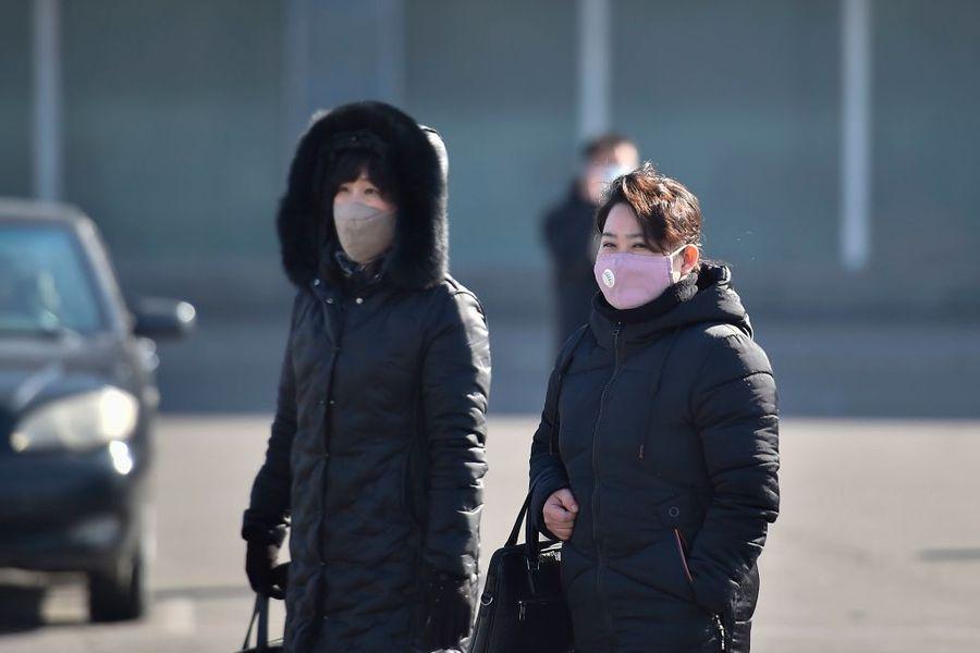 圖為,2020年2月6日,戴著口罩的民眾走在平壤街道。(KIM WON-JIN/AFP via Getty Images)