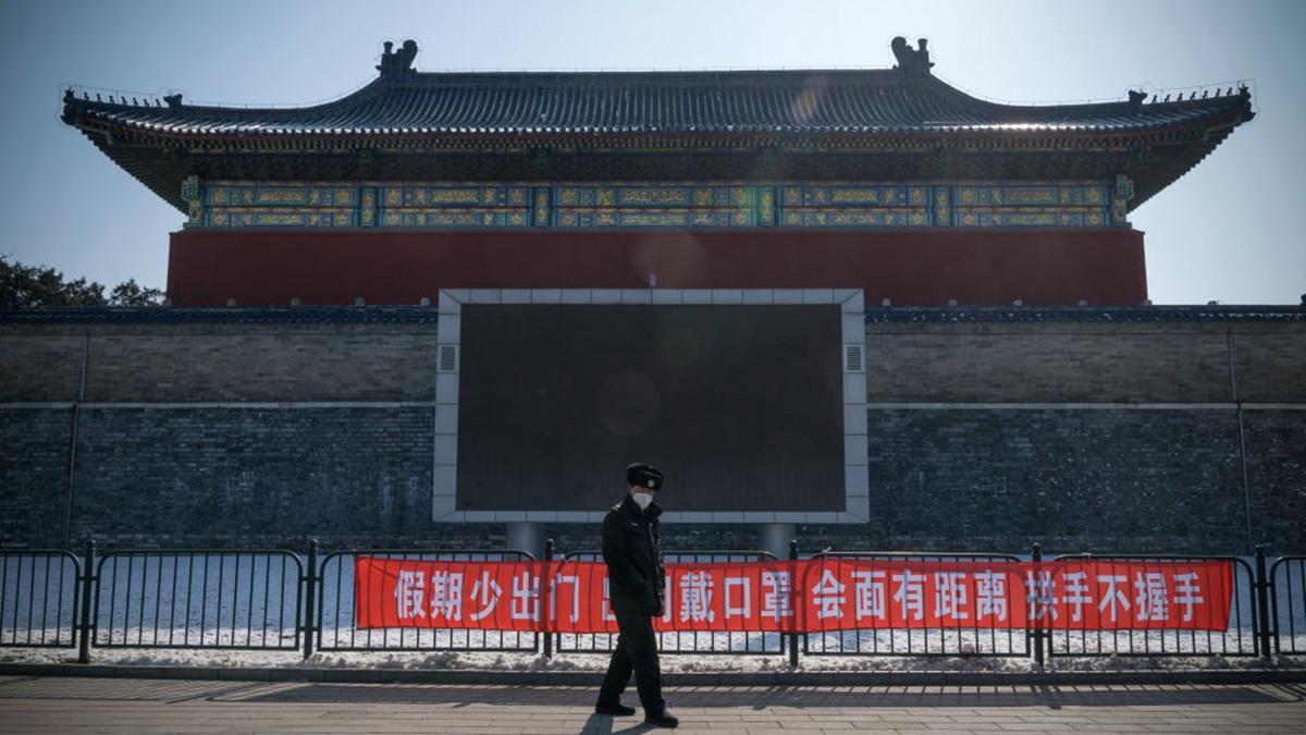圖為一名警察站在北京一座中式建築前。(Andrea Verdelli/Getty Images)