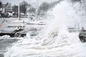 風暴相繼而來 英部署軍隊防災