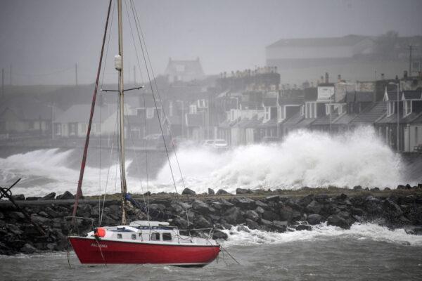 2020年2月15日,丹尼斯風暴侵襲英國,狂風暴雨恐在各地造成交通混亂,並引發各地水患。(Jeff J Mitchell/Getty Images)