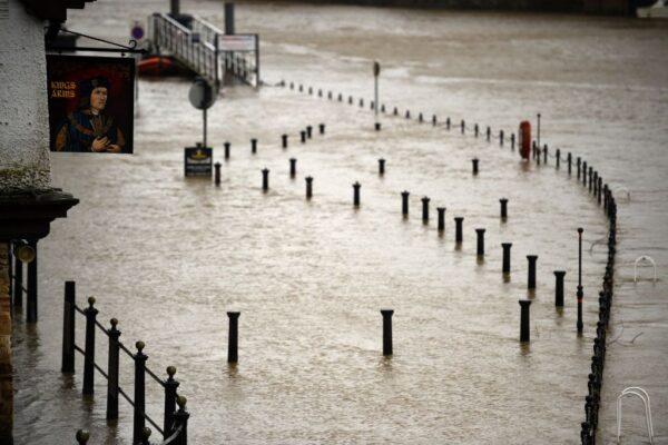 2020年2月15日,丹尼斯風暴侵襲英國,狂風暴雨恐在各地造成交通混亂,並引發各地水患。(OLI SCARFF/AFP via Getty Images)