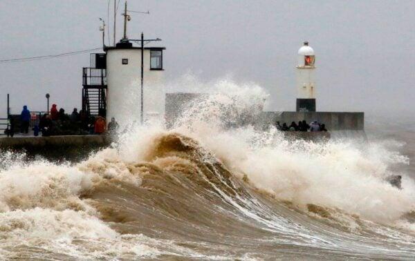 2020年2月15日,丹尼斯風暴侵襲英國,狂風暴雨恐在各地造成交通混亂,並引發各地水患。(GEOFF CADDICK/AFP via Getty Images)